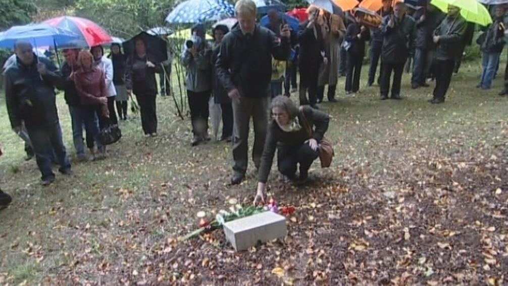 Mrtvé pedagogy připomene pamětní deska v Arboretu Křtiny