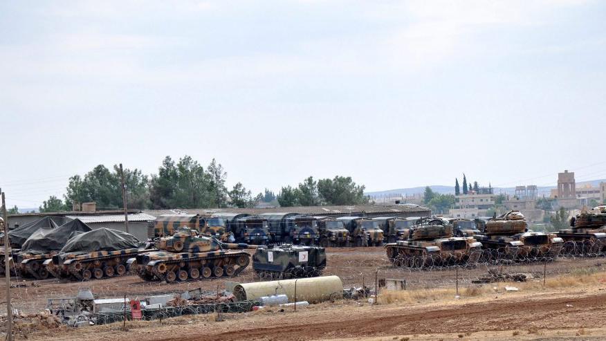 Turecké tanky na základně ve městě Suruc poblíž syrsko-turecké hranice