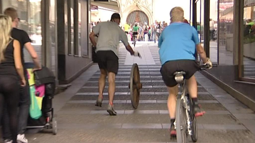 Koulení kola v brněnských ulicích