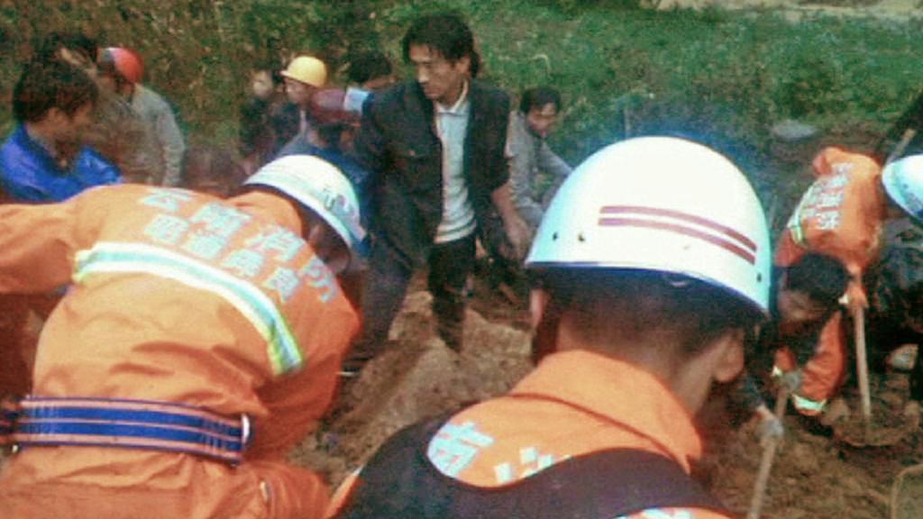 Čínští záchranáři prohledávají trosky školy zasypané sesuvem půdy