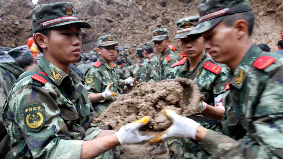 Čínská armáda prohledává trosky školy zasypané sesuvem půdy