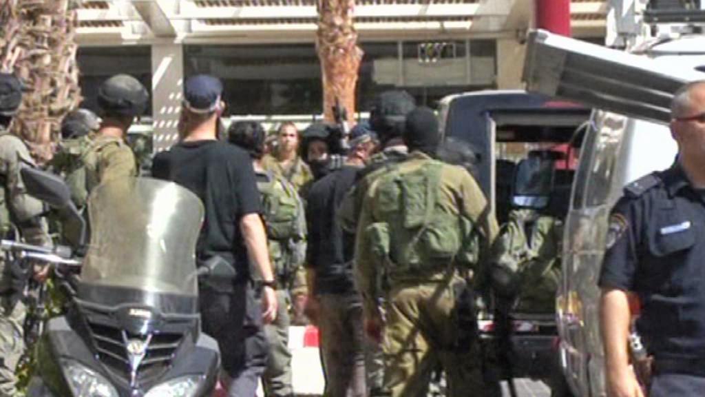 Zásahová jednotka před hotelem Leonardo Club v Ejlatu