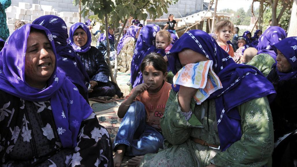 Lidé truchlí po pohřbu obětí minometného útoku, Turecko