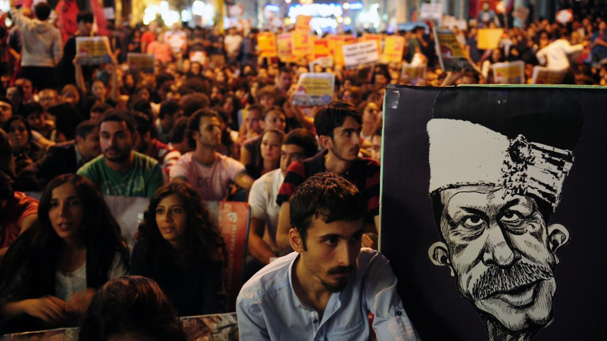 Demonstrace před tureckým parlamentem