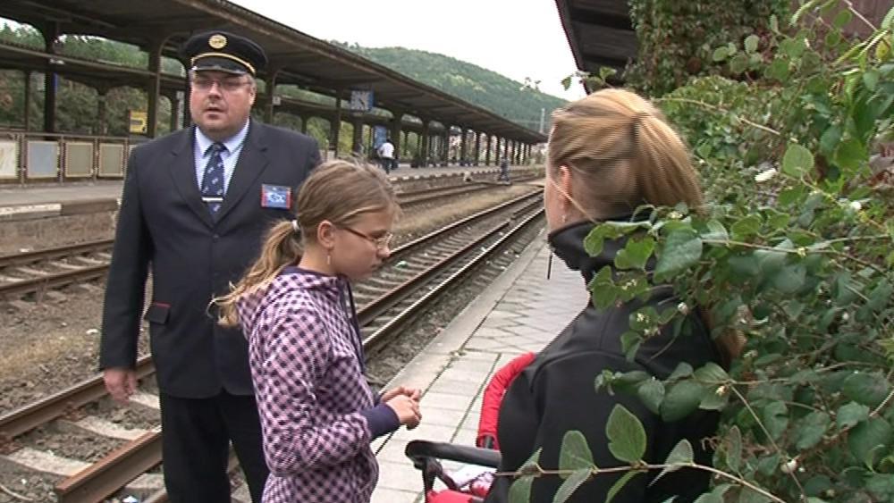 Přecházení kolejí přináší řadu konfliktů se zaměstnanci nádraží