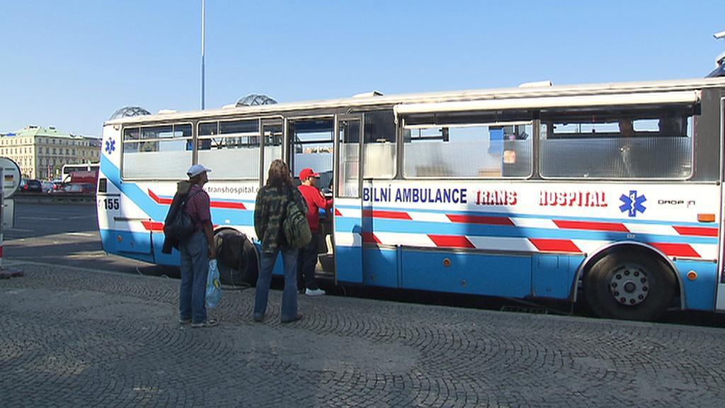 Autobus Drop Inu před Hlavním nádražím