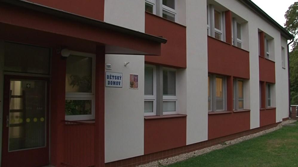 Řada dětí opouští brány dětského domova s několikatisícovými dluhy