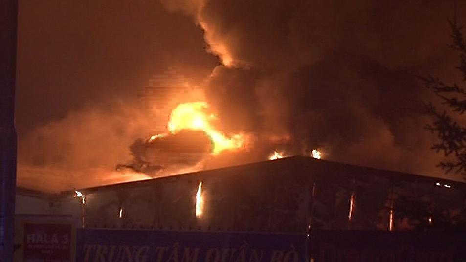Plameny šlehaly vysoko nad prodejní haly