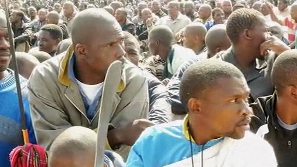 Stávkující horníci z dolu Marikana