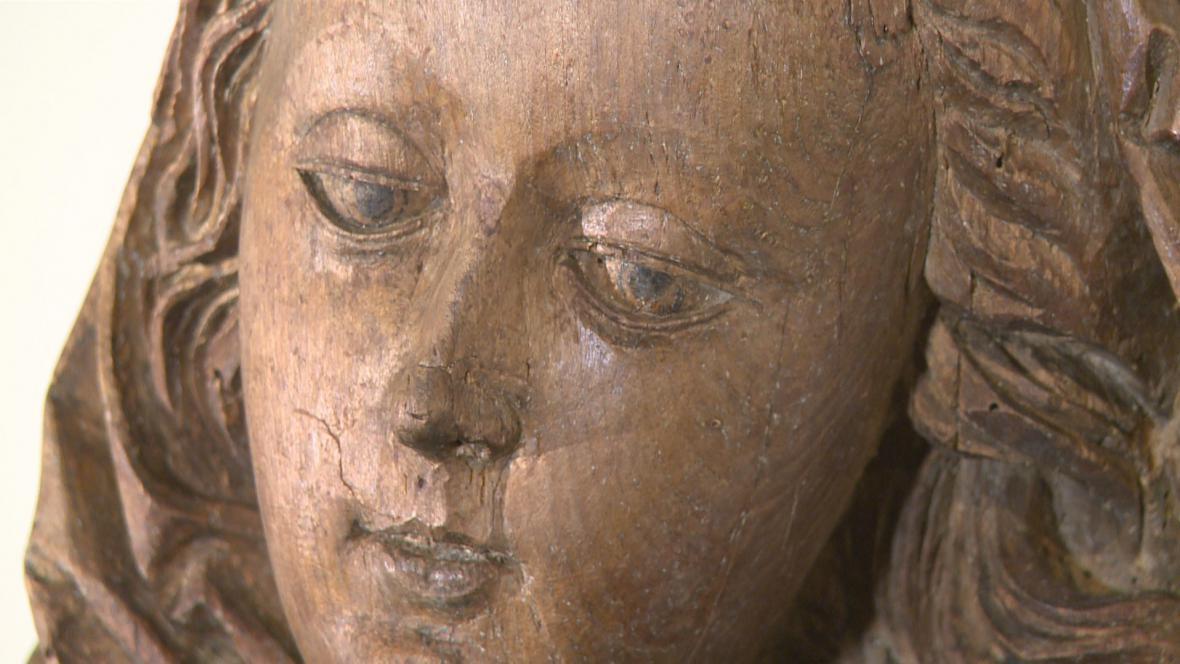 Mistr Kefermarktského oltáře / Socha sedící Panny Marie (detail)