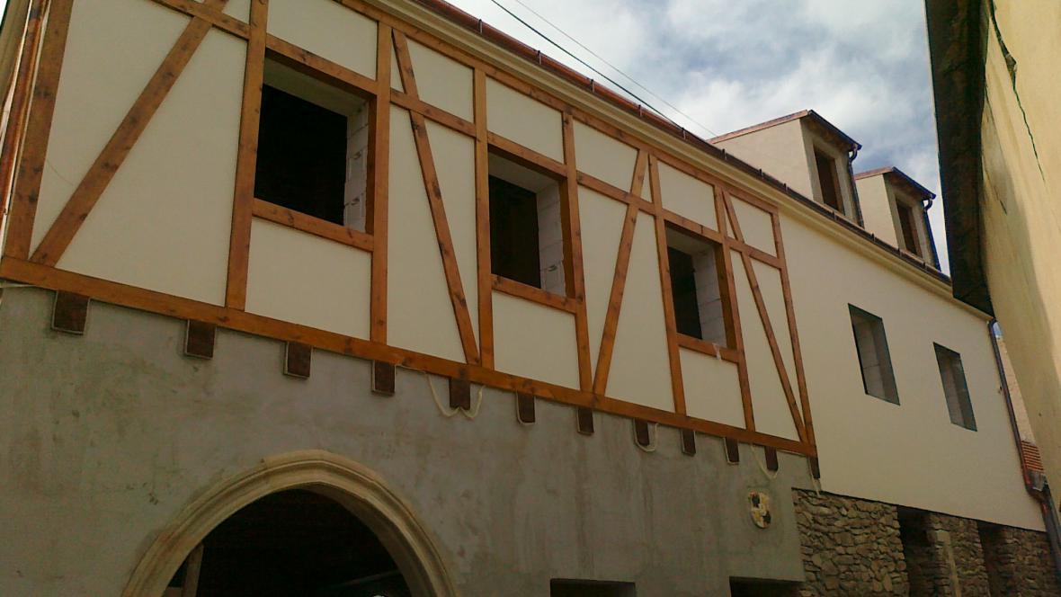 Rekonstruovaný dům s gotickým portálem