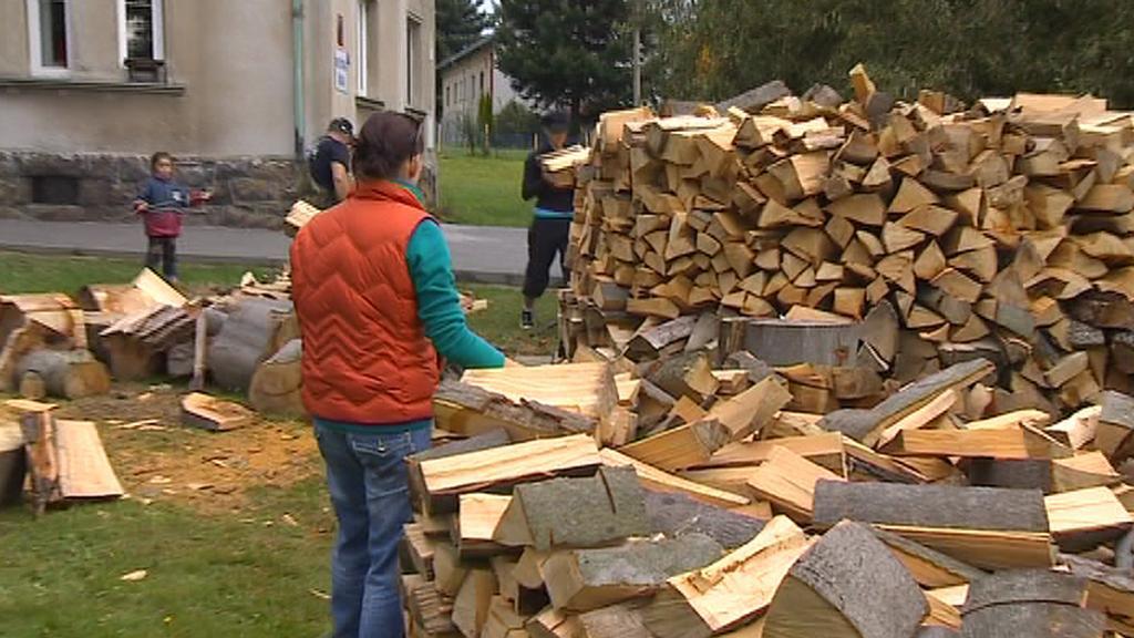Občané Dobrné chystají dřevo pro místní školku