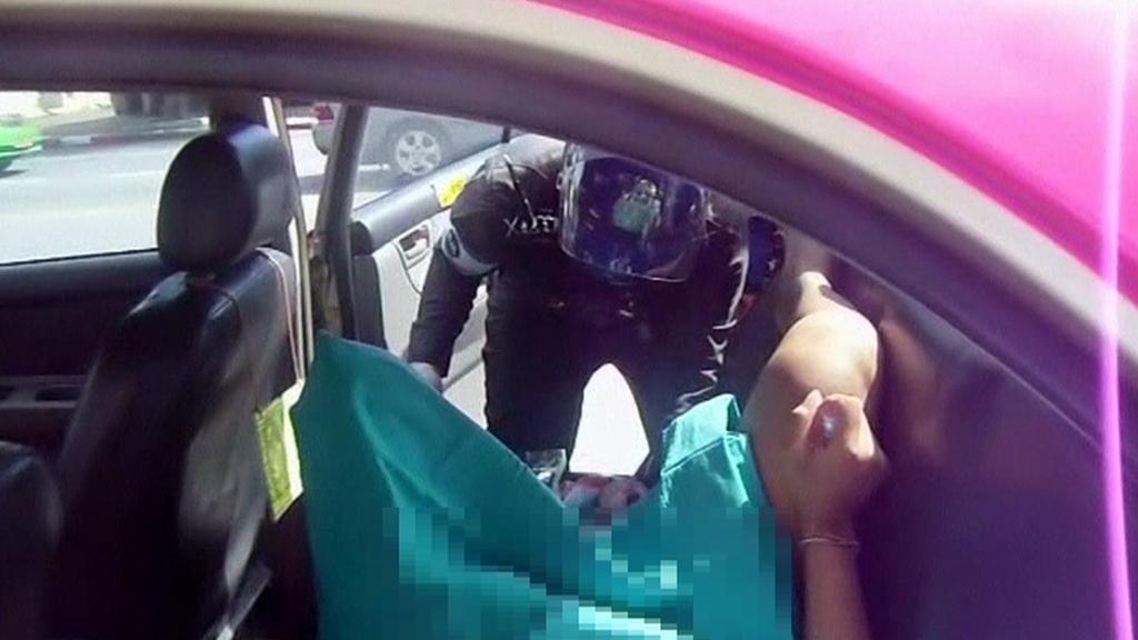Thajští dopravní policisté fungují jako porodní asistenti