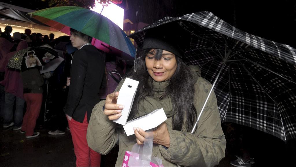 Radost z koupě jednoho z prvních iPhonů 5 ovládla i finské Helsinky