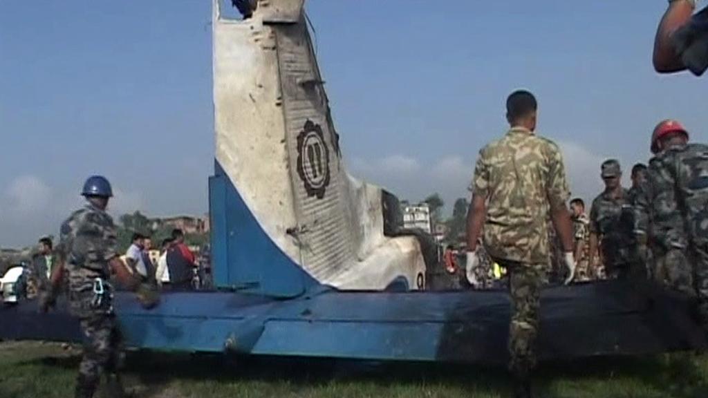 Trosky zříceného letadla v Nepálu