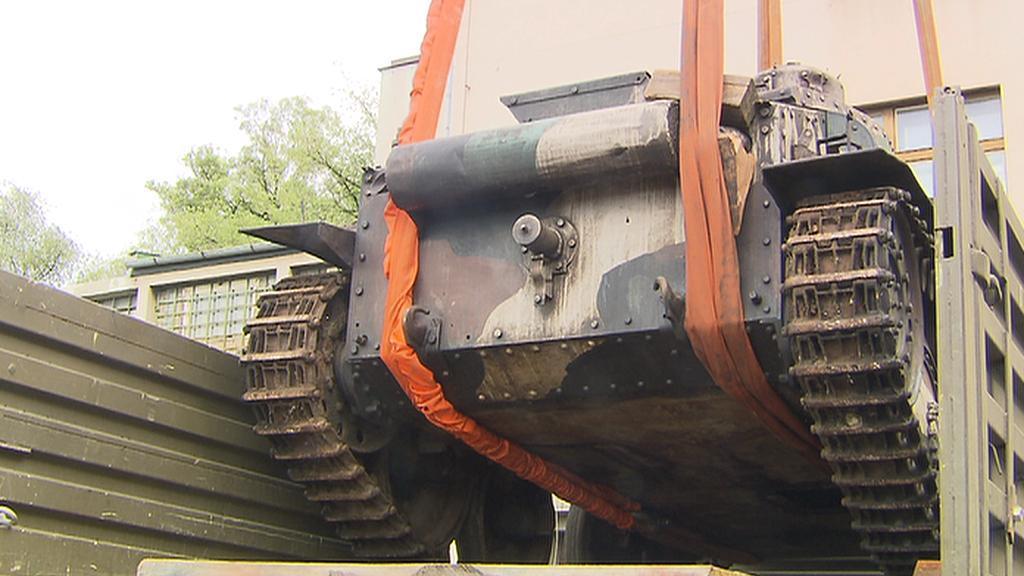 Stěhování tanku LTP-38 do Vojenského historického ústavu