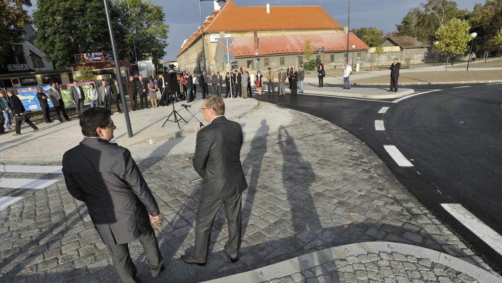 Otevření kruhového objezdu na křižovatce ulic Dobrovského a Na Střelnici