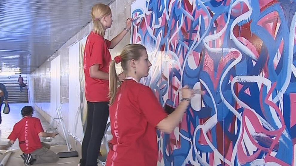 Studenti malují obrazy v Galerii myšina