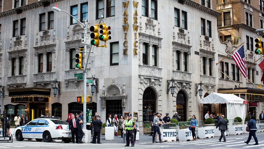 Hotel Warwick na Manhattanu, v němž je ubytován íránský prezident Mahmúd Ahmadínežád, střeží policie