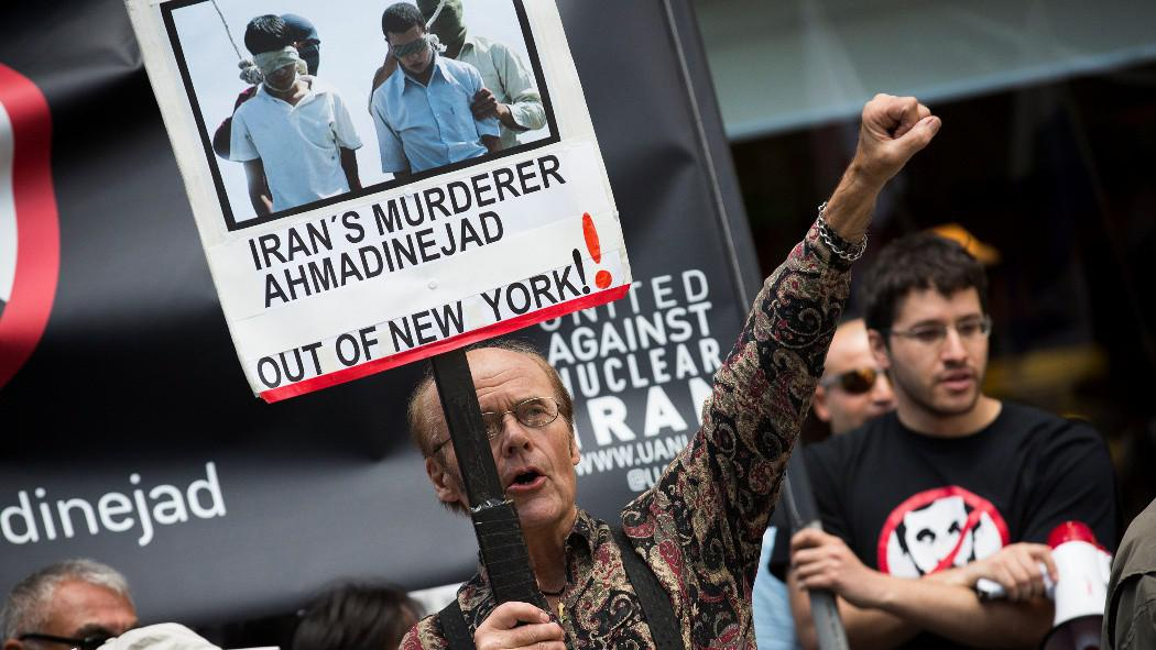 Protest proti íránskému prezidentovi Mahmúdu Ahmadínežádovi u hotelu Warwick