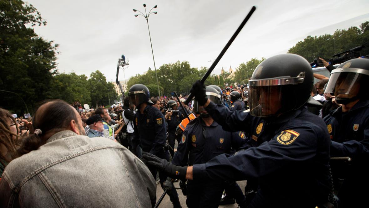 Zásah policie proti demonstraci před španělským parlamentem