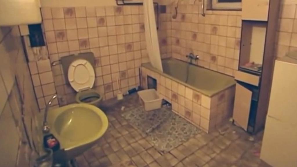 Zdevastovaný dům, ve kterém žily stovky Rumunů