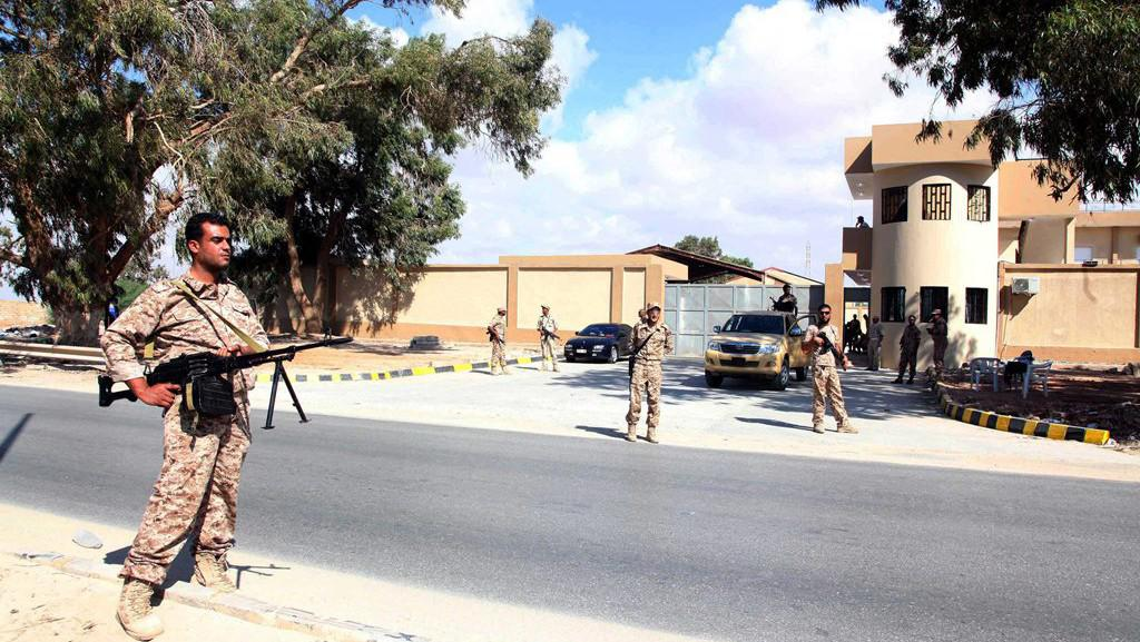 Vojáci libyjské armády hlídkují před velitelstvím jedné z vyhnaných milic v Benghází