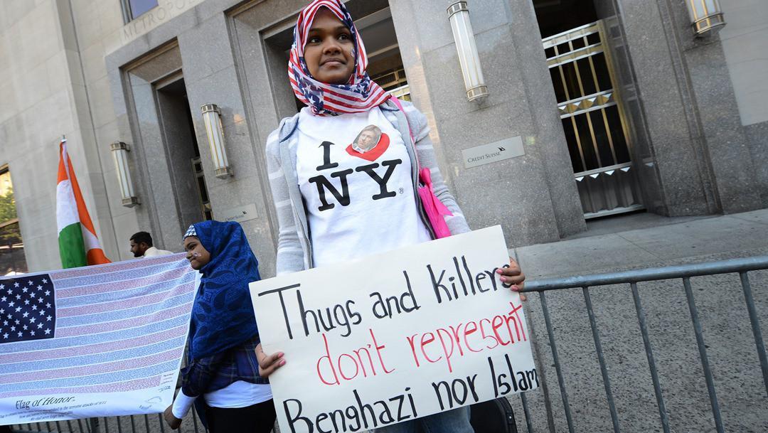 Muslimská dívka v New Yorku protestuje proti zabití amerického velvyslance