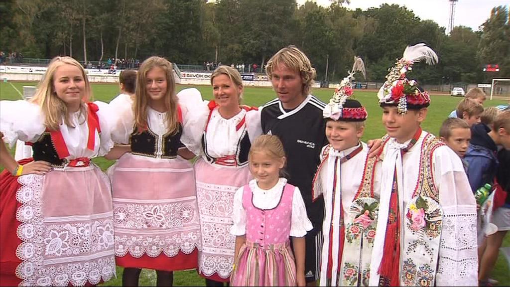 Dort Pavlu Nedvědovi předávala jeho rodina nečekaně ve slováckých krojích