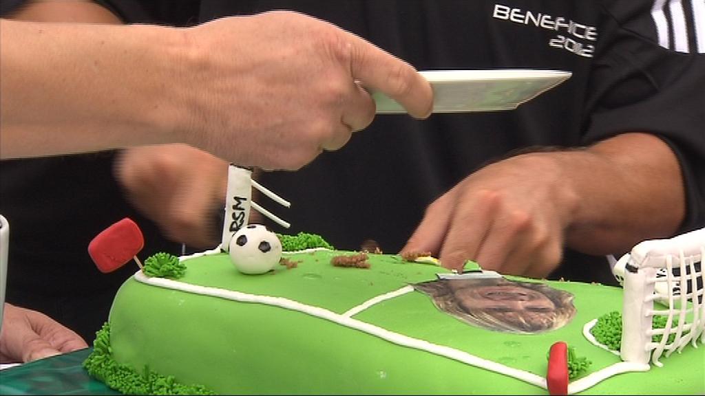 Narozeninový dort česká fotbalová legenda obdržela ke čtyřicátinám