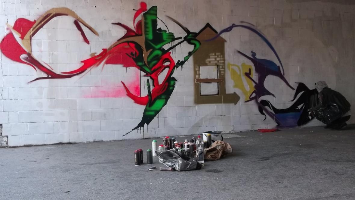 Sprejeři legálně pomalovali šedivé zdi v podchodu u zastávky Novolíšeňská