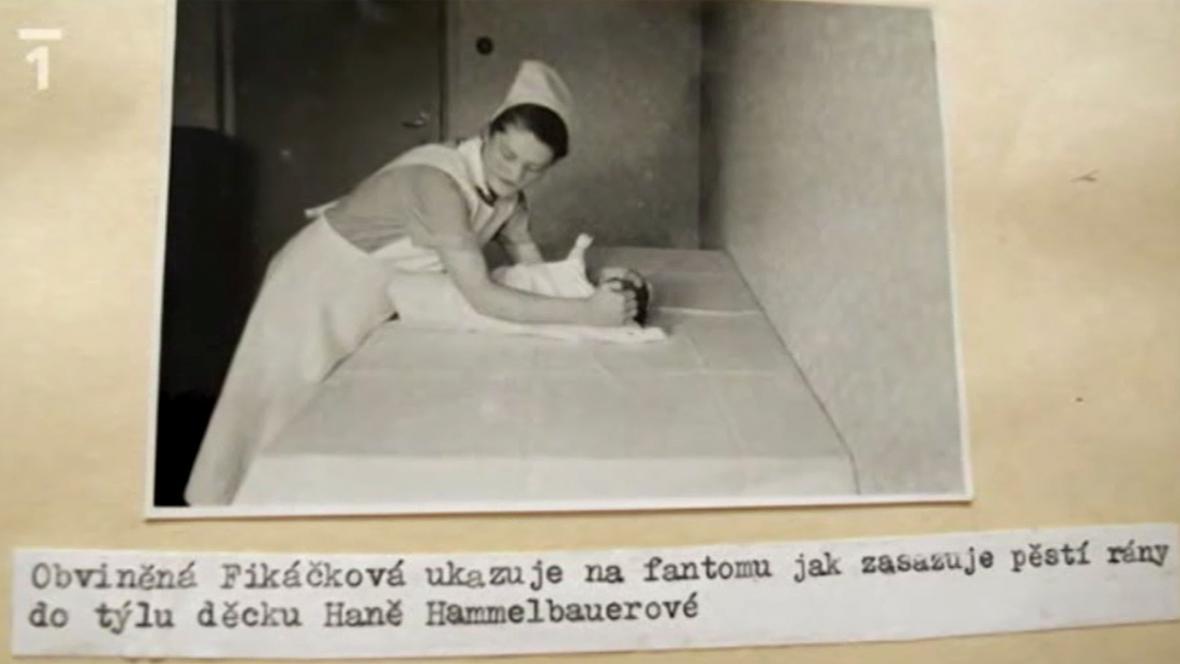 Marie Fikáčková při rekonstrukci činu