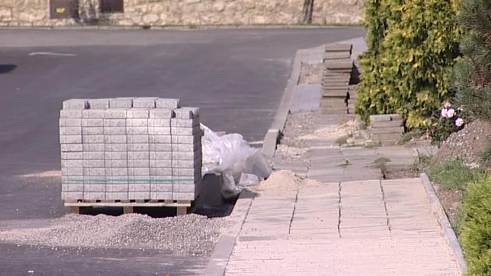 Ve slavkovské Nerudově ulici si lidé chodníky postavili svépomocí