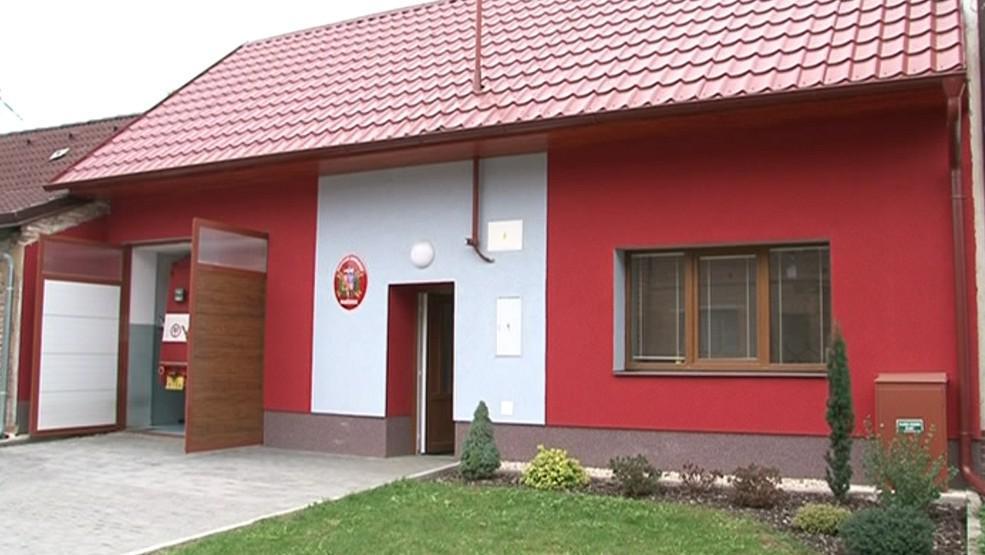V Hradčovicích si opravili hasičskou zbrojnici vlastními silami