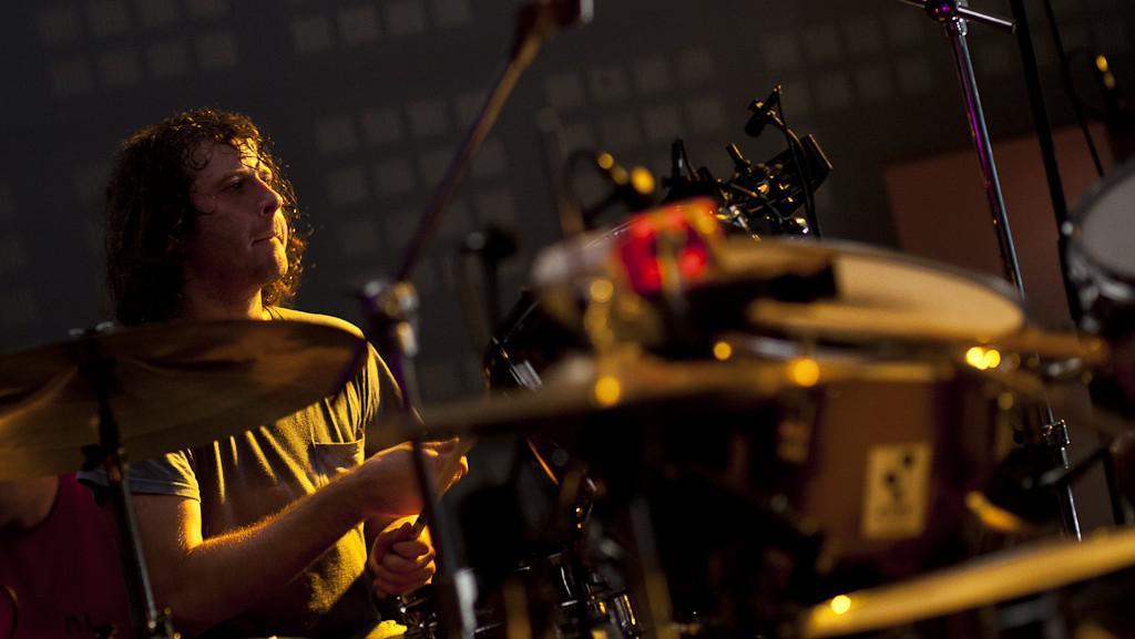 Deacon vystoupil v doprovodu dvou bubeníků