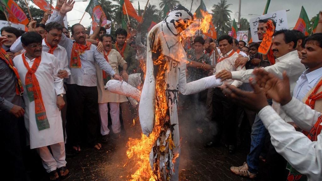 Figurína indického premiéra Manmohana Singha v plamenech