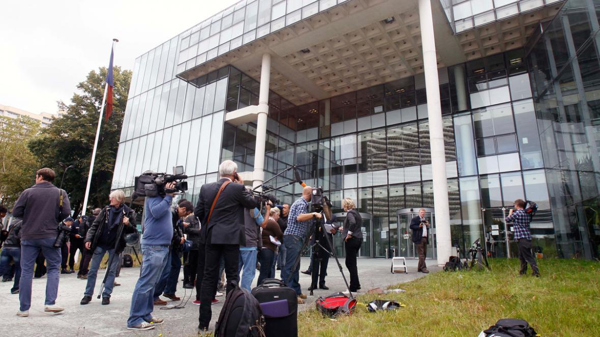 Novináři před budovou soudu v Nanterre