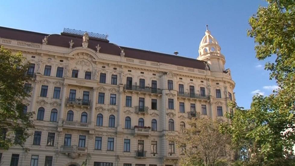 Náměstí dominuje secesní palác Tivoli