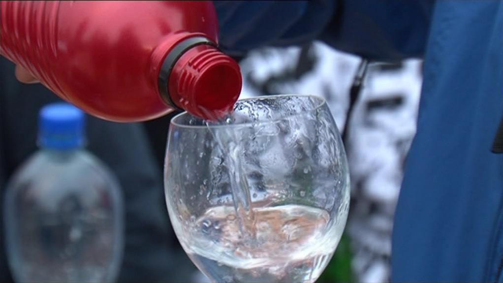 Někteří pili vodu, jiní sáhli po alkoholu do domácích zásob