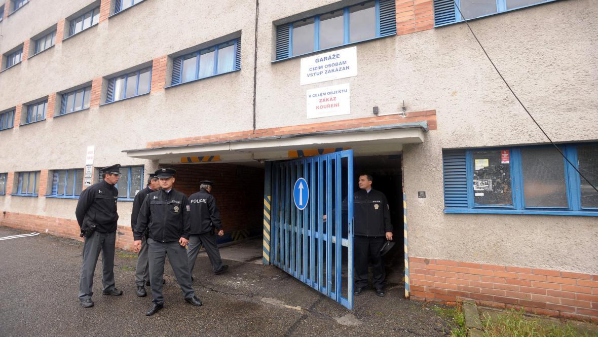 Policie objevila na zlínském sídlišti skladiště podezřelého alkoholu