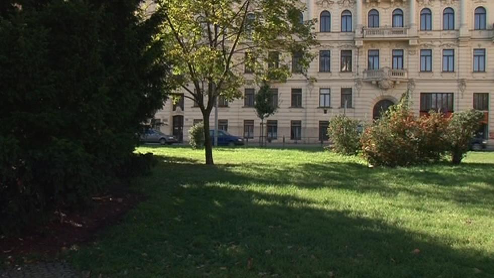 Zatím před palácem dominuje zeleň