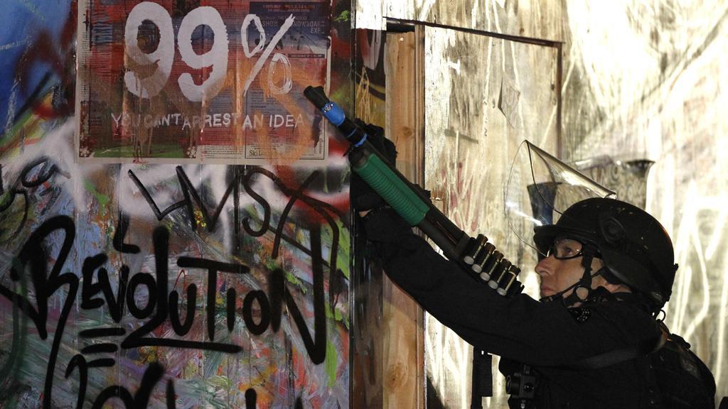 Policista míří na demonstranty z hnutí Okupujte Wall Street