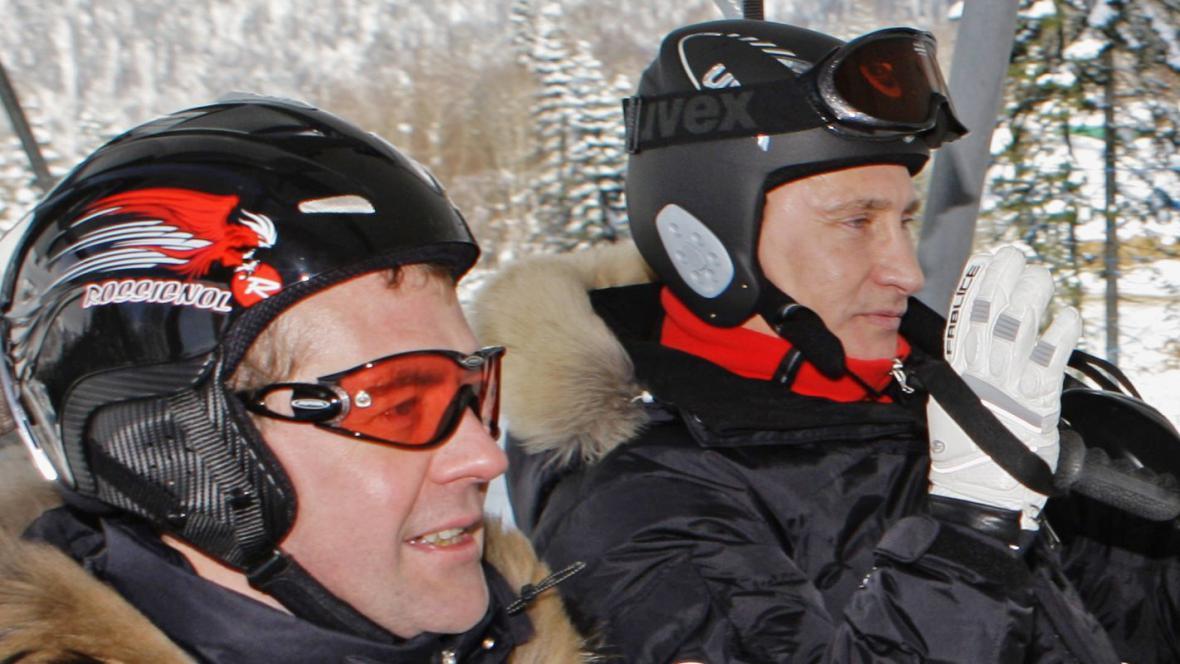 Dmitrij Medvěděv a Vladimir Putin na lyžích