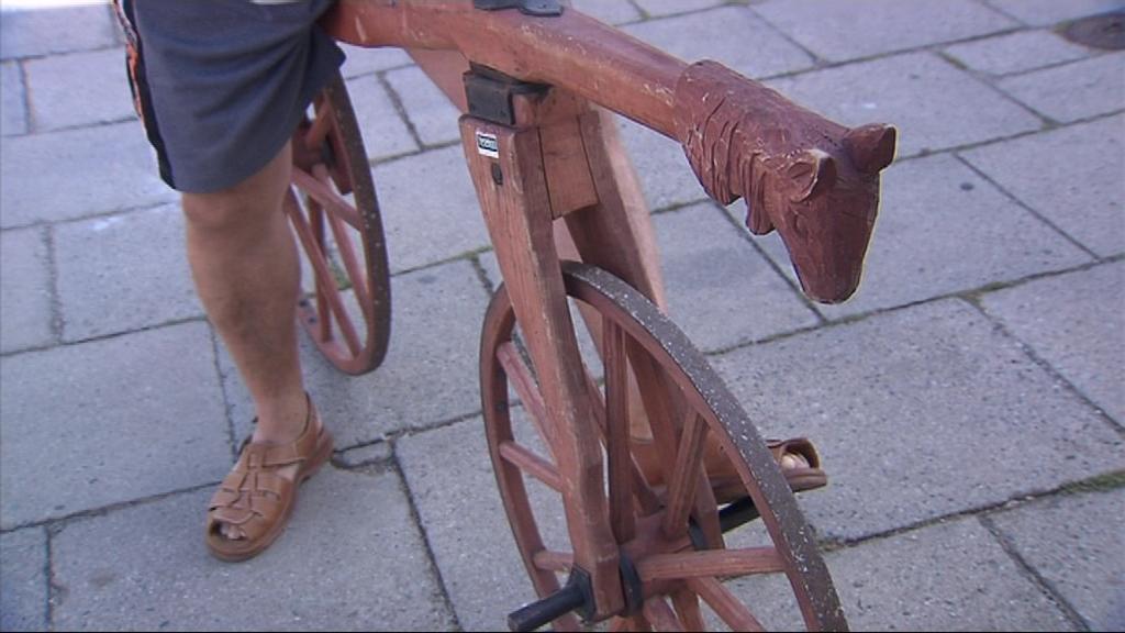 Historické dřevěné kolo bez pedálů - tak to je drezína