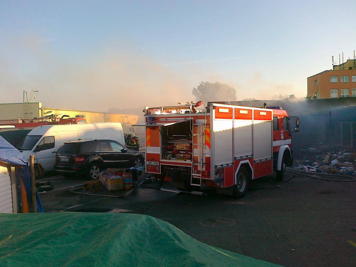 Hasiči budou pokračovat v likvidaci požáru celé dopoledne