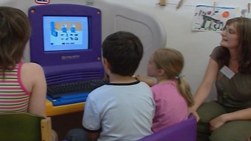 Rodiče by s dětmi o používání internetu měli mluvit