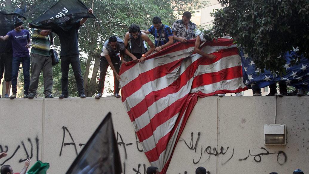 Na ambasádě v Káhiře ozbrojenci strhli a spálili americkou vlajku