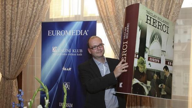 Václav Holanec s maketou svého románu Herci