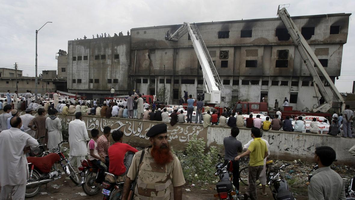 Požár továrny v Karáčí