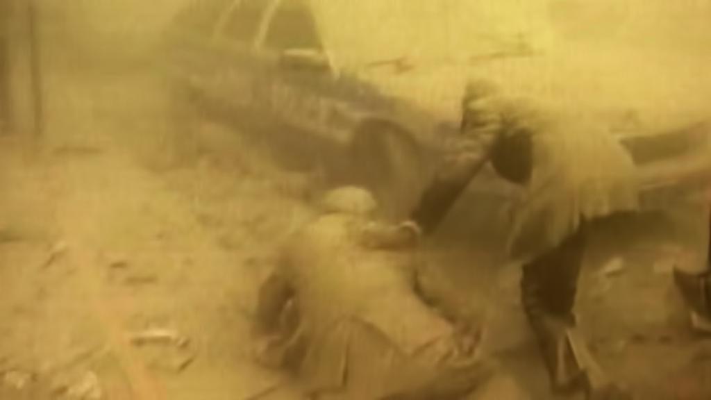 Padající věže WTC pokryly okolí tunami prachu a popela